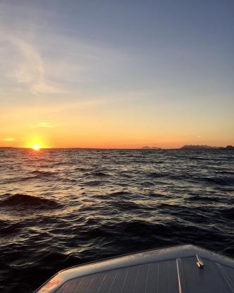 Midnattsol på havet.