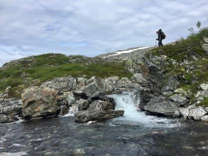 Topp inspiserer elva som skal krysses.