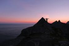 På toppen av Helvetestind rundt to tiden på natten. Anbefales! Foto: Topp Hestmark.